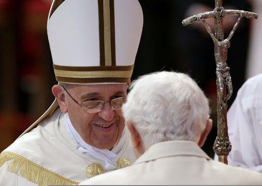 pape benoît xvi, pape françois, continuité, sourire, reading francis trough benedict